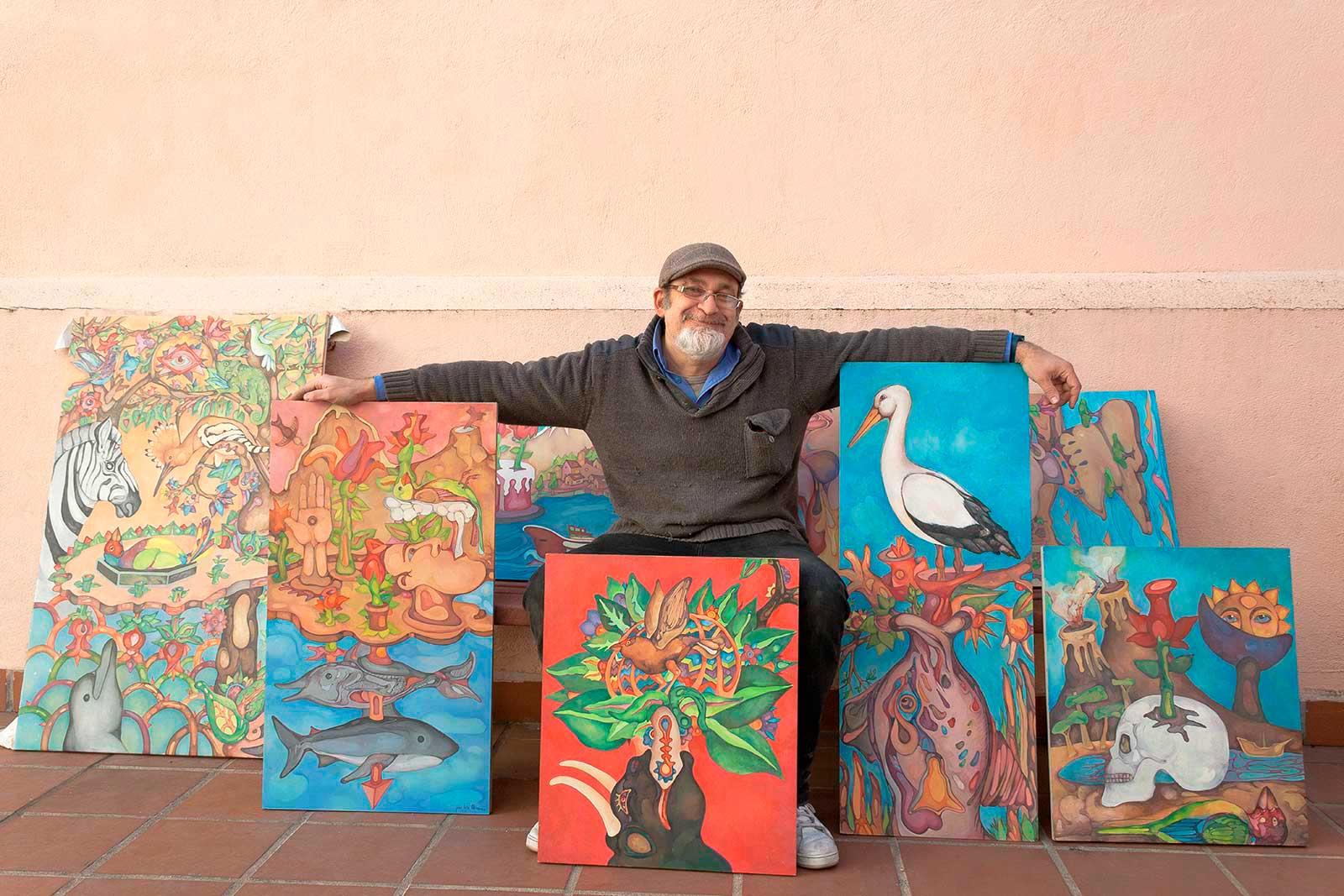 José luis Olivares con sus cuadros